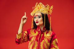 Chinesische traditionelle Frau Schönes junges Mädchen, das im nationalen Kostüm trägt stockfotos