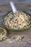 Chinesische traditionelle Küche, Löffel, Reis auf dem alten Holztisch Stockfotos