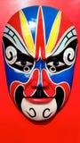 Chinesische traditionelle Opern-Maske auf rotem Hintergrund Stockbild