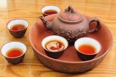 Chinesische traditionelle Teekanne mit Tassen Tee Lizenzfreies Stockbild