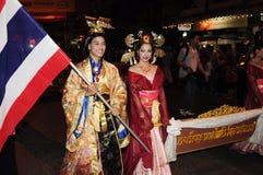 Chinesische traditionelle Uniform mit Thailand-Markierungsfahne Stockfotografie