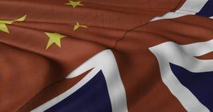 Chinesische und BRITISCHE Flagge, die im hellen Wind flattert Stockfoto