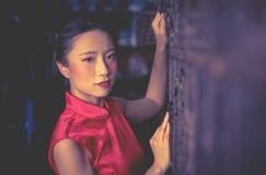 Chinesische Verkäuferarbeitskraft in einem Stahlmetallspeichergeschäft lizenzfreies stockfoto