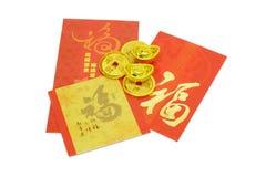 Chinesische Verzierungen des neuen Jahres und rote Pakete Lizenzfreie Stockfotos