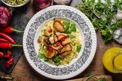 Chinesische würzige Hühnermischung mit Curryreis Stockfoto