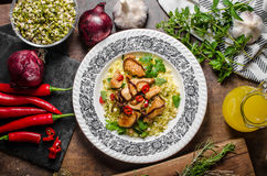 Chinesische würzige Hühnermischung mit Curryreis Stockfotografie