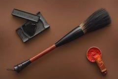 Chinesische Werkzeuge für das Malen mit Malerpinseln schwärzen Stein und Stempel mit Tinte lizenzfreies stockbild