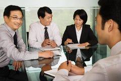 Chinesische Wirtschaftler in einer Sitzung Stockfotos