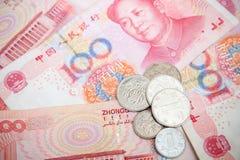 Chinesische Yuanrenminbi-Banknoten und -münzen Stockfoto