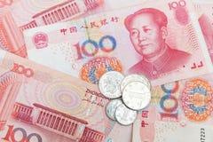Chinesische Yuanrenminbi-Banknoten und -münzen Stockbilder