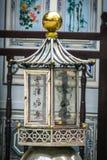 Chinesischer Altar, der eine Kerze brennt lizenzfreie stockbilder