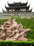 Chinesischer alter Dachboden mit Kriegstatue Stockfotos