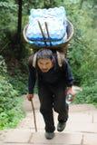 Chinesischer alter Mann tragen Tafelwaßer Stockfoto