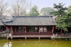 Chinesischer alter Nachmittag der Galerie des Seeufers im Frühjahr Lizenzfreie Stockbilder