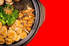 Chinesischer angeredeter Ohrschneckenmischteller Alias Poon Choy auf Chinesisch stockfotos