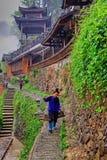 Chinesischer Bauer ist Schwerkraft auf dem Hintergrund der hölzernen Pagode. Lizenzfreies Stockfoto