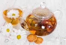 Chinesischer blühender Tee mit Kamille und Plätzchen Stockfoto