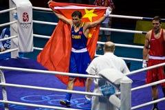 Chinesischer Boxer hält Porzellanmarkierungsfahne nach Sieg an Lizenzfreie Stockfotografie