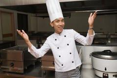 Chinesischer Chef in der Gaststätteküche Stockfoto