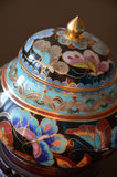 Chinesischer Cloisonne - ein Detail - nah oben auf schwarzem Hintergrund Lizenzfreies Stockbild
