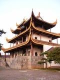 Chinesischer Dachboden durch Baum Stockbild