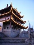 Chinesischer Dachboden durch die unscharfe Markierungsfahne (vetical) Lizenzfreies Stockbild