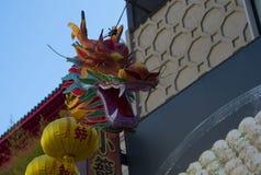 Chinesischer Drache auf Anzeige in Chinatown mit gelben Laternen Yokohama, Japan stockbild