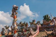 Chinesischer Drache auf dem roten Pfosten bei Wat Phananchoeng lizenzfreies stockfoto