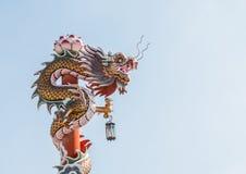 Chinesischer Drache auf dem roten Pfosten bei Wat Phananchoeng, Ayutthaya, T Stockbilder
