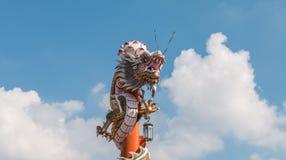Chinesischer Drache auf dem roten Pfosten bei Wat Phananchoeng, Ayutthaya, T Stockfotografie
