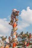 Chinesischer Drache auf dem roten Pfosten bei Wat Phananchoeng, Ayutthaya, T Lizenzfreies Stockfoto