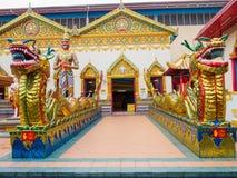Chinesischer Drache des thailändischen Drachen am allgemeinen Tempel, der mit Geld gespendet von den Leuten zum keinem Mietkünstl Lizenzfreie Stockbilder