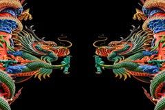 Chinesischer Drache mit offenem mounth gegen einen schwarzen Hintergrund. Lizenzfreies Stockbild