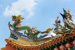 Chinesischer Drache und Phoenix auf Tempel-Dach Stockfotografie