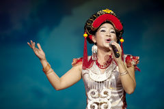 Chinesischer ethnischer Sänger der Yi-Nationalität Stockfotos
