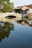 Chinesischer Fluss, Dorf und Brücke Lizenzfreies Stockbild