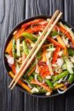 Chinesischer Frischgemüsesalat mit indischem Sesam und Erdnussnahaufnahme auf einer Platte Vertikale Draufsicht stockbilder