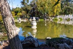 Chinesischer Garden See und Schrein stockfoto