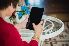 Chinesischer Geschäftsfrau-Working On Tablet-Computer außerhalb des Büros lizenzfreie stockfotografie