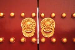 Chinesischer goldener Löwe auf roter Tür Stockfotos