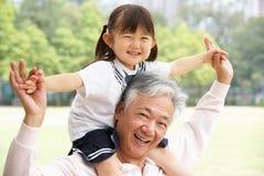 Chinesischer Großvater mit Enkelin im Park Lizenzfreies Stockbild