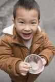Chinesischer Junge mit leerer Schüssel in der Hand Stockfotografie