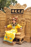 Chinesischer Kaiser stationiert auf dem Thron Stockbild