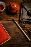 Chinesischer Kalligraphie- und Tintenstein stellte auf Tabelle ein Lizenzfreies Stockfoto