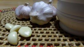 Chinesischer Knoblauch und ein Knoblauchdurchschlag lizenzfreies stockfoto