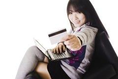 Chinesischer Kursteilnehmer, der eine Kreditkarte vorführt. Lizenzfreie Stockbilder
