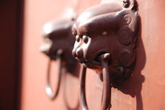 Chinesischer Löwe-Schutz-Tür-Klopfer fand in China Stockfotografie