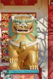 Chinesischer Löwe vor Schrein Stockfotos