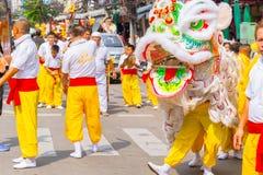 Chinesischer Löwetanz an Straße Yaowarat oder Bangkoks Chinatown während des chinesischen vegetarischen Festivals lizenzfreie stockbilder