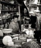 Chinesischer Ladenbesitzer und sein Gemischtwarenladen in der Stadt von Kuching, Malaysia lizenzfreie stockbilder